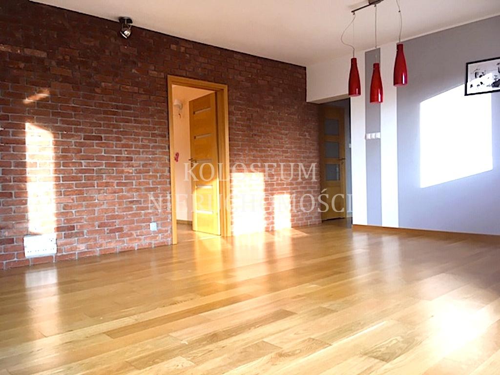4 pokoje w bloku z cegły na 2 piętrze.